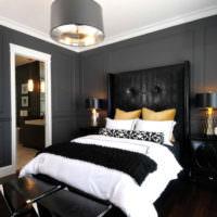 Белые молдинги и темно-серые стены в спальне