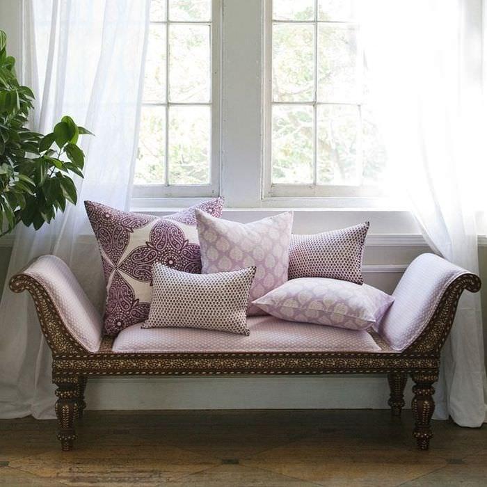 Стильный диванчик лавандового цвета перед окном в гостиной
