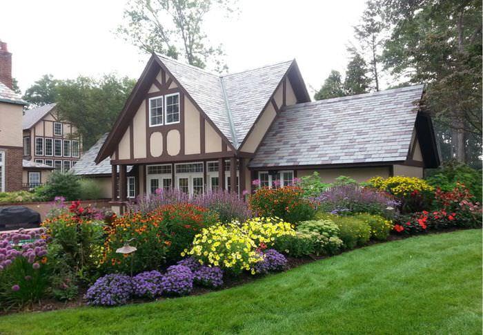 Цветущие растения перед загородным домом