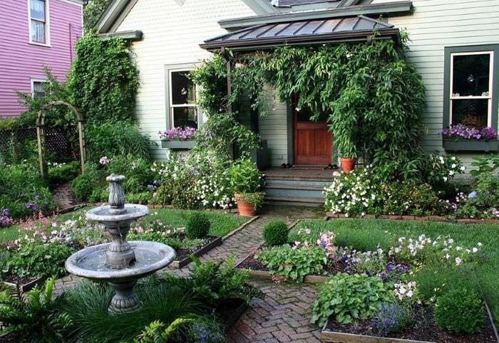 Небольшой садик перед домом во французском стиле