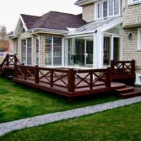Деревянная терраса на заднем дворе дачного участка