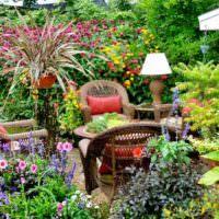 оформление цветущими растениями места для отдыха