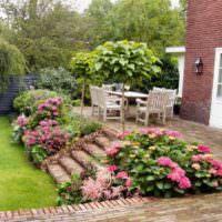 Терраса с площадкой из камня на заднем дворе загородного участка