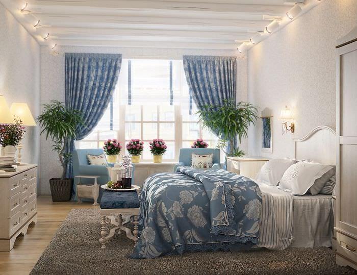 Шторы с узором на окнах спальни в стиле прованс