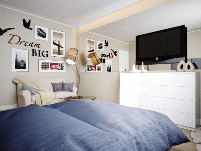 Дизайн спальной зоны с синим покрывалом на кровати