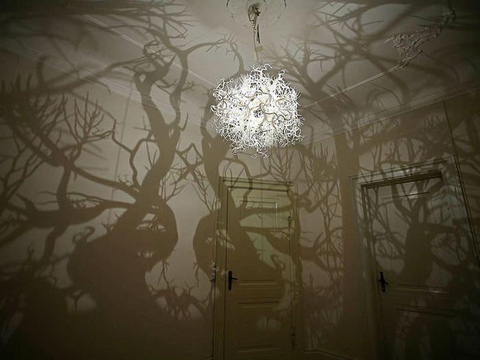 Оригинальная сказочная люстра в интерьере гостиной комнаты