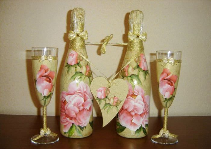 Оформление свадебных бутылок в технике декупажа цветами