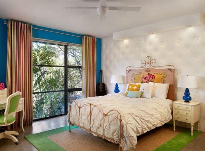 Дизайн спальни в смешанном стиле с яркими декорирующими элементами