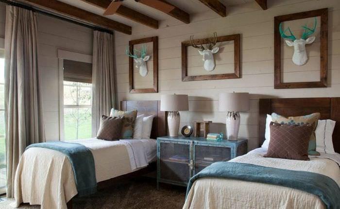Дизайн спальни в деревенском стиле для двоих молодых людей