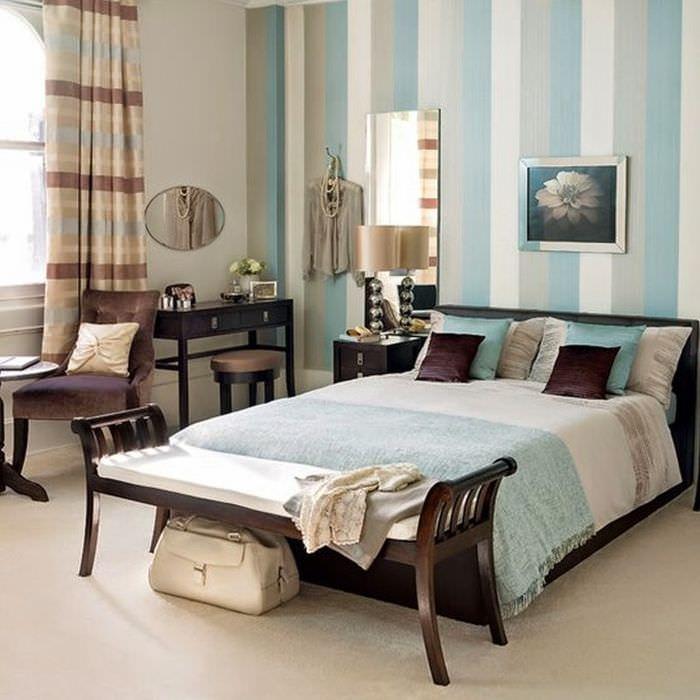 Интерьер спальни с красивой темной мебелью