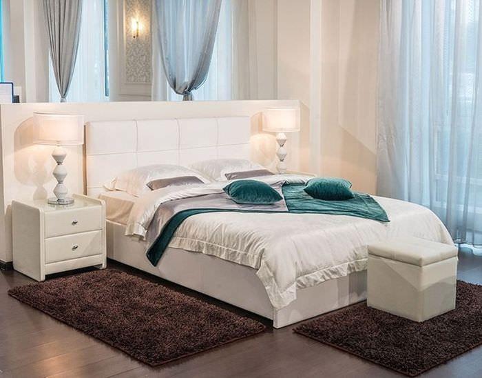 Интерьер спальни в пастельных тонах с белой кроватью