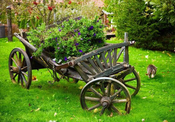 Старая телега в декоративном оформлении садового участка