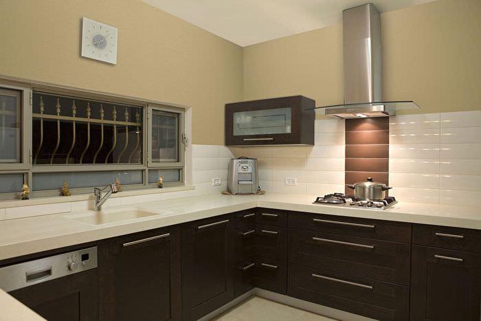 Стеклообои в отделке стен на кухне