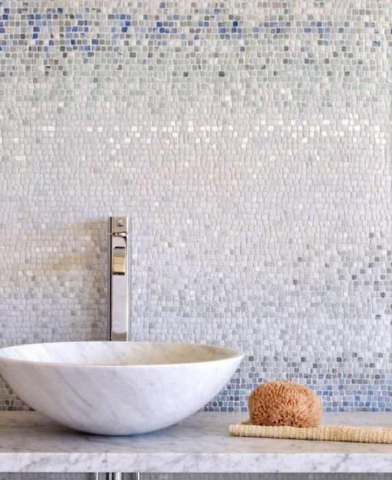 Отделка стены в ванной комнате стеклянной мозаикой