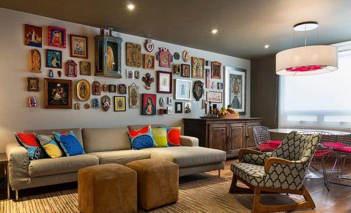 Коллекция икон на стене гостиной частного дома