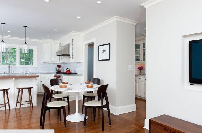 Стены на кухне, окрашенные водоэмульсионной краской