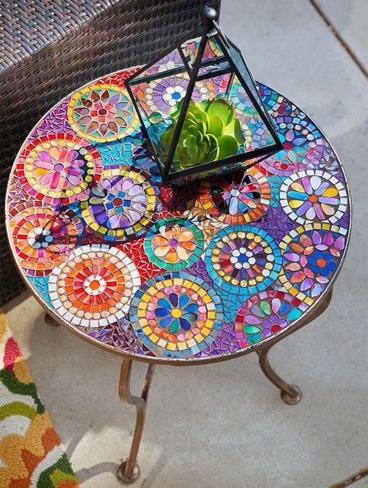 Журнальный столик с мозаичным оформлением столешницы