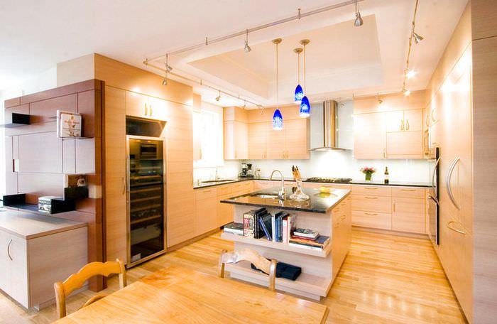 Яркое освещение кухонного пространства городской квартиры