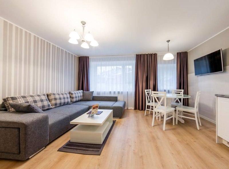 Светло-коричневый ламинат в гостиной комнате пастельных тонов
