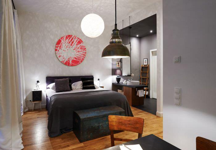 Светлые стены и бежевые шторы в дизайне спальни