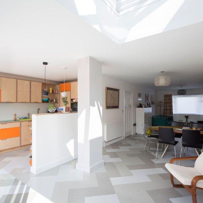 Интерьер квартиры-студии в светлых тонах с линолеумом на полу