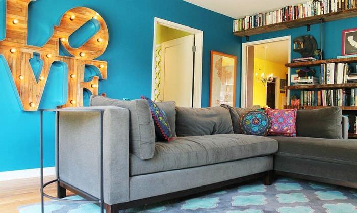 Деревянные буквы с лампочками в интерьере гостиной комнаты