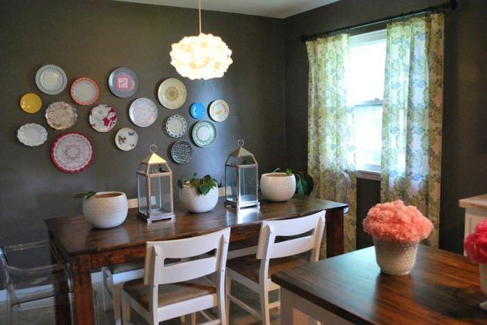 Декорирование стены на кухне с помощью тарелок