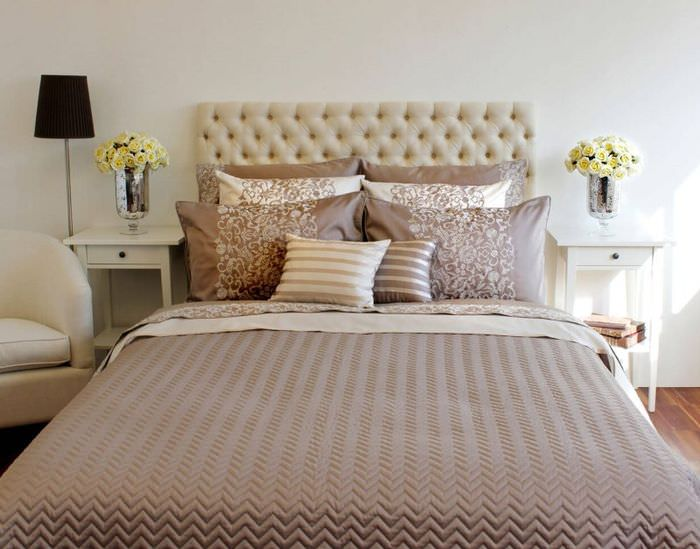 Красивые подушки на кровати в спальне супругов