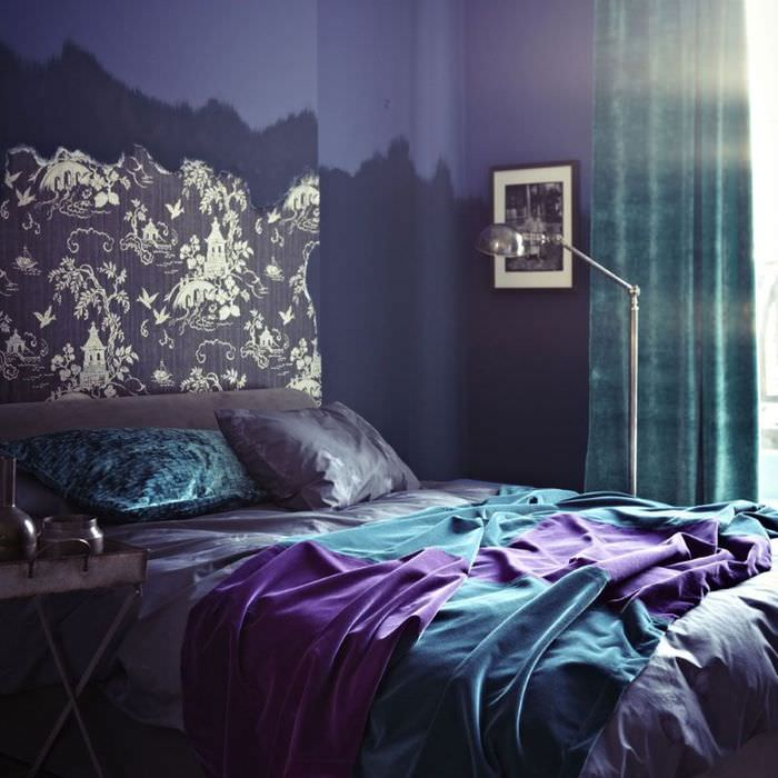 Темная спальня в оттенках синего, бирюзового и лавандового цветов