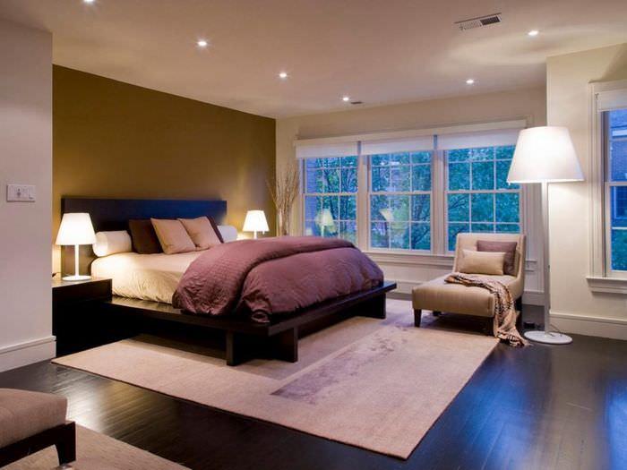 Точечные светильники и торшеры в дизайне освещения спальной комнаты