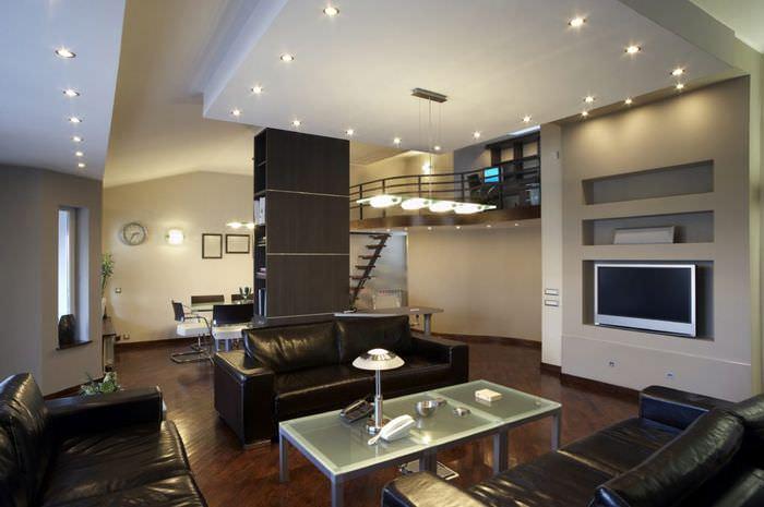 Точечные встроенные светильники в дизайне гостиной квартиры