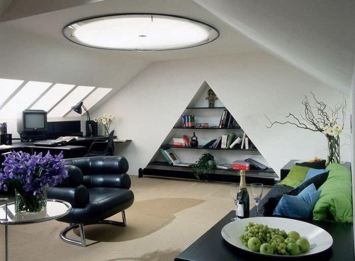 Треугольная ниша в интерьере комнаты в мансарде