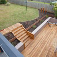 Деревянная терраса на участке с уклоном