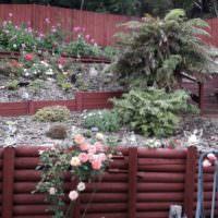 Подпорные стенки из дерева на участке с уклоном