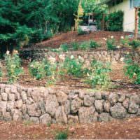 Каменные террасы на наклоном участке
