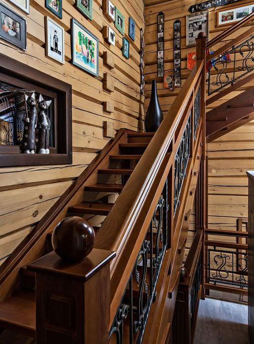 Лестница на второй этаж в интерьере деревянного дома