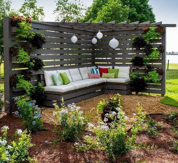 Место для отдыха под деревянной перголой