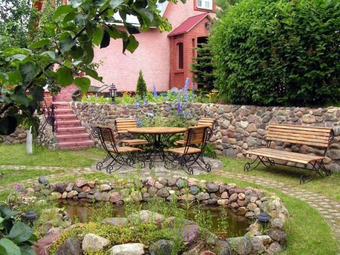 Уютный уголок для семейного отдыха перед искусственным водоемом