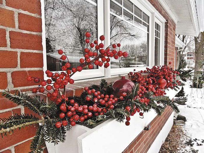 Оформление окна частного дома к рождественским праздникам