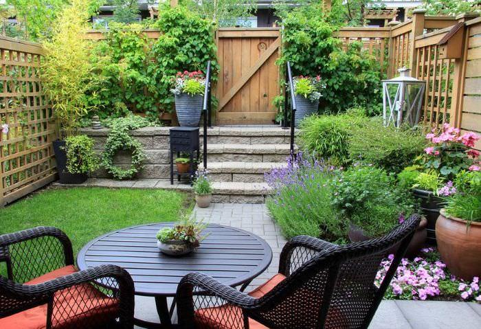 Небольшой уютный садик на участке ограниченного размера