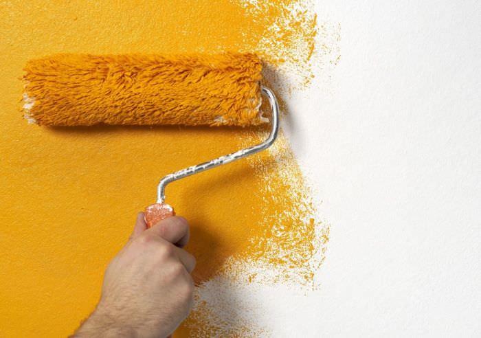 Покраска обоев на стене валиком в оранжевый цвет