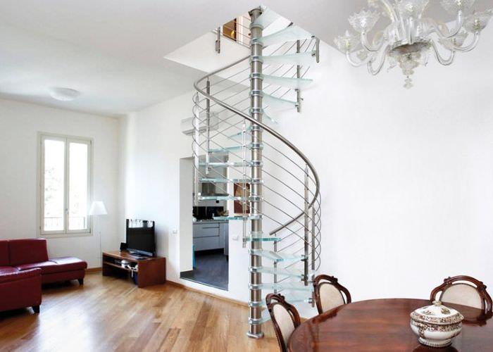 Холл частного дома с винтовой лестницей легкой конструкции