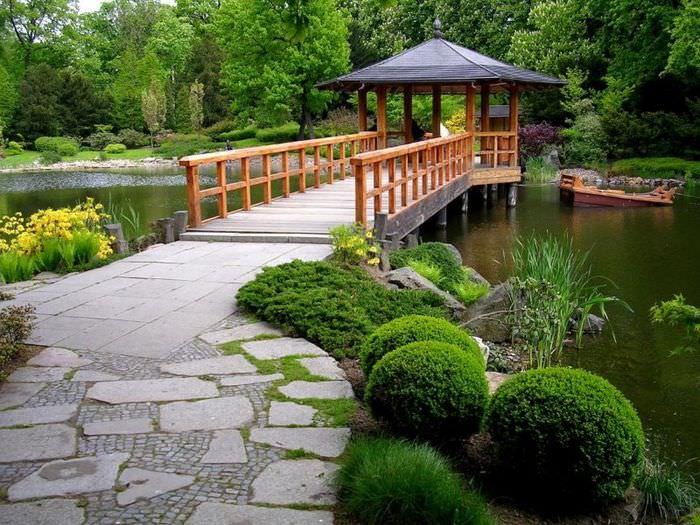 Беседка на воде в китайском саде