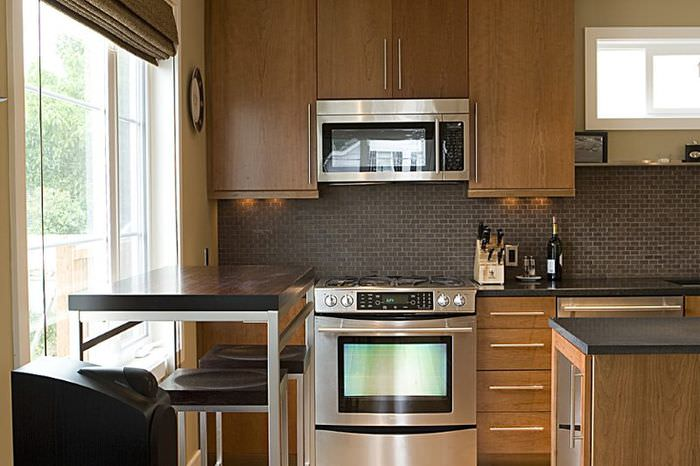 Варочная плита с сенсорным экраном в интерьере кухни