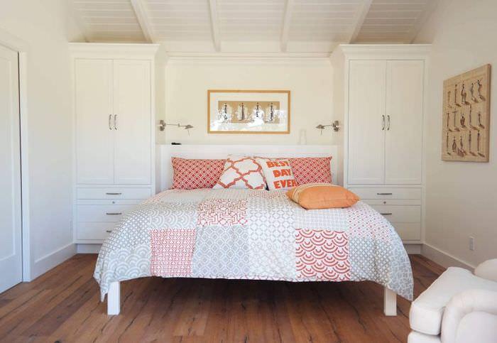 Встроенные шкафы в дизайне спальни загородного дома