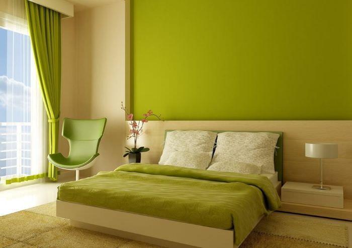 Выделение стены над изголовьем кровати зелеными обоями под покраску