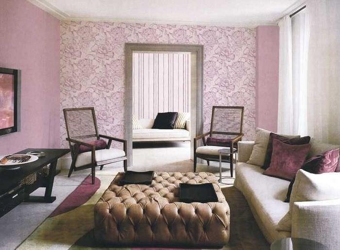 Выделение стены в гостиной с помощью разных обоев