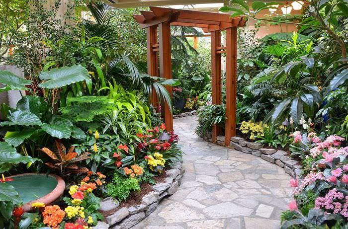 Деревянная арка в дизайне тропического сада