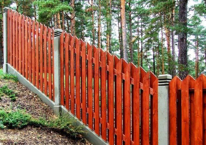 Деревянный забор на склоне дачного участка