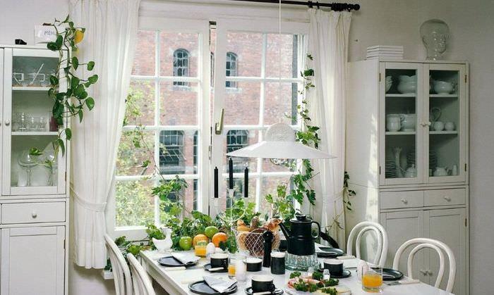 Декоративные шторы на окне кухни в деревенском стиле